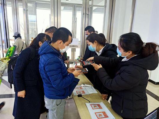 企业、居民在区政务大厅现场申请吉祥码 南关区委宣传部供图