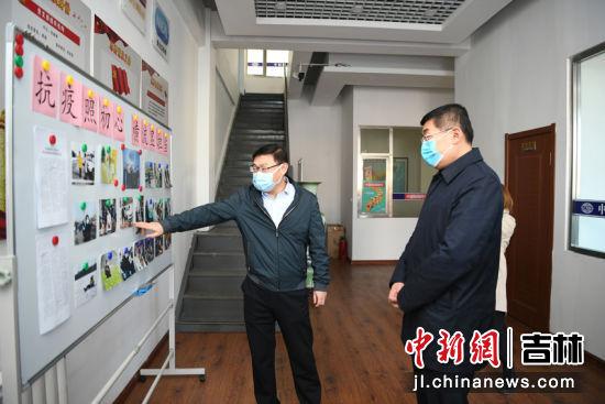 中新社吉林分社负责人吴兆飞(左一)介绍采编人员赴抗疫一线采访情况 张瑶 摄