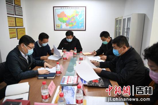 徐崇恩与中新社吉林分社相关同志进行座谈 张瑶 摄