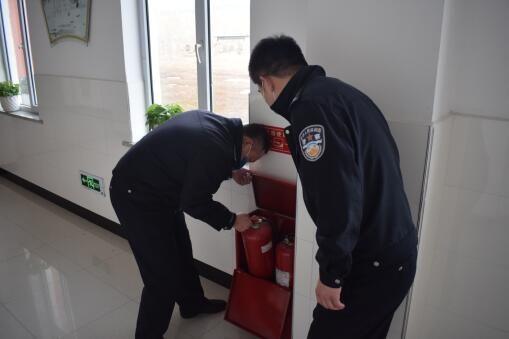 民警检查校园安全设备