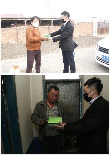 为村民家里免费消毒并送上慰问品