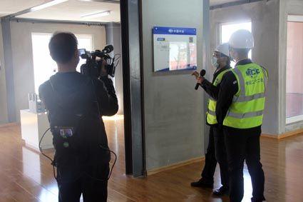 向媒体记者介绍钢结构装配式实验楼