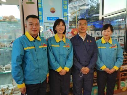 该公司营销处副处长裴环宇(右二)与三位吉林石油销售达人合影 王海龙 摄