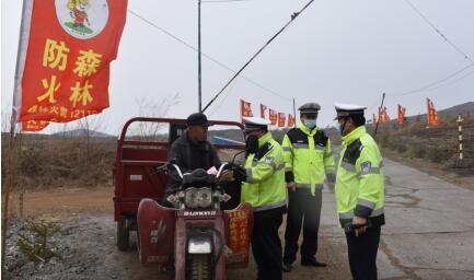 民警对司机进行安全教育