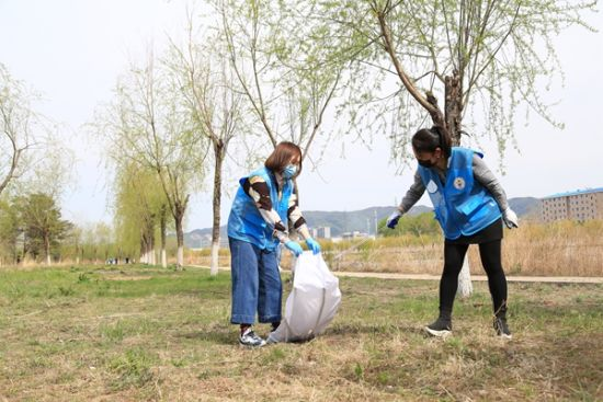 志愿者清理垃圾 付杨 摄