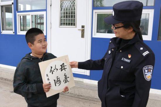 5月10日,母亲节当天,正在执勤的民警李佳奇收到儿子王奕茗的母亲节礼物