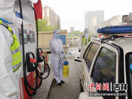 舒兰地区加油站员工正为车辆消毒