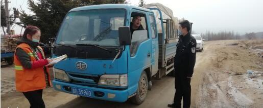 民警对过往车辆进行安全检查