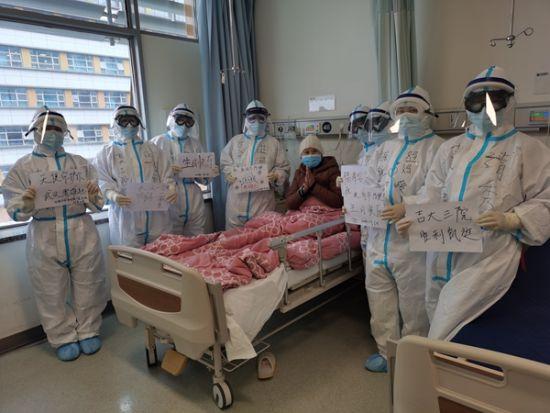 朴粉淑(右二)和医护人员为患者庆祝生日