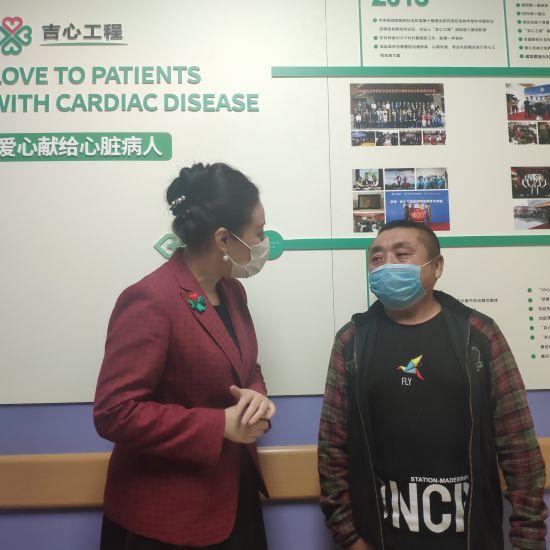 刘启芳正在询问患者李海江的术后恢复情况