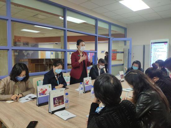 刘启芳正在介绍服务中心的情况