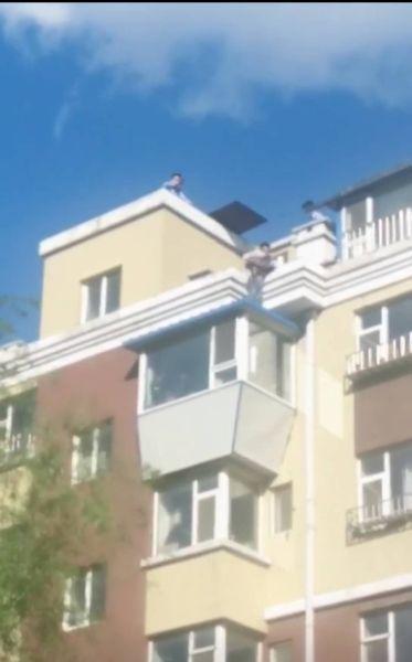 救援被困楼顶儿童(视频截图) 警方供图