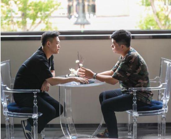 李东泽、戴君明在一起探讨团队的发展