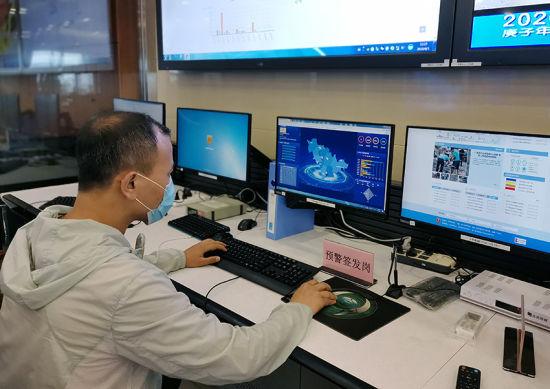 吉林省气象局工作人员在发布预警信息 刘明奇 摄