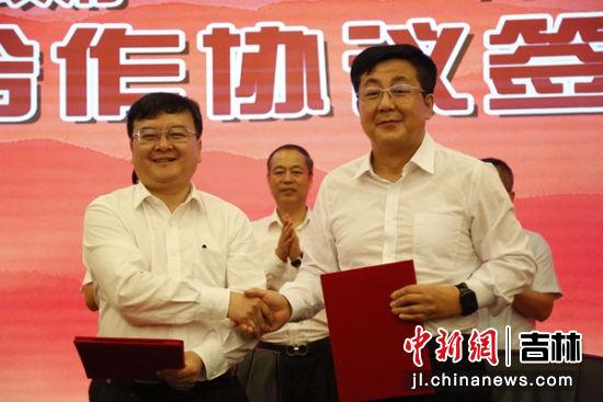 蔡奎龙与吉林银行延边分行党委书记、行长张光华签订战略合作框架协议 金俞成/供图