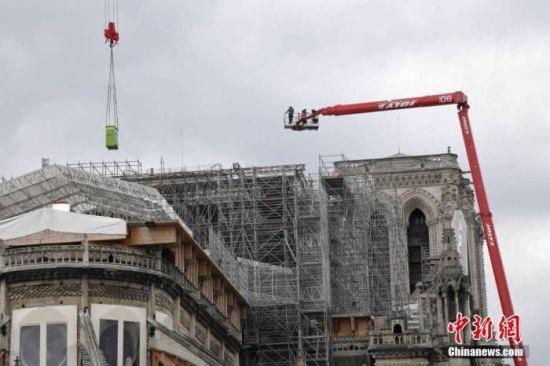 当地时间6月8日,巴黎圣母院脚手架拆除工程正式展开。 中新社记者 李洋 摄