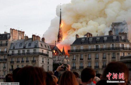 2019年4月15日,法国巴黎圣母院大教堂的塔尖被大火吞噬。