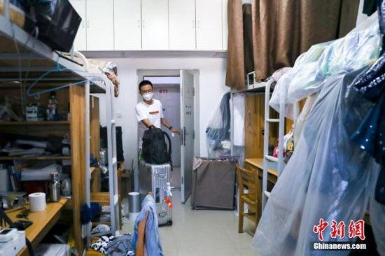 6月8日,湖北武汉,武汉大学的返校学生进入宿舍。 中新社记者 张畅 摄