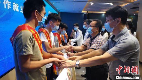 粤桂两地人社部门工作人员为务工人员发放礼物。 高东风 摄