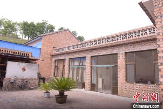 宋金中夫妇家的庭院干净利落。 苏昆峰 摄