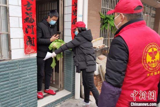点亮公益戒毒志愿者服务队在疫情期间为居民送蔬菜(资料图)点亮公益戒毒工作室 供图