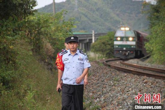 铁路民警们开展线路巡视 任宏亮 摄