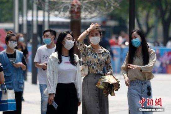 资料图:民众戴口罩出行。中新社记者 韩海丹 摄