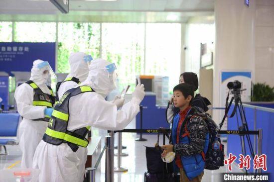 资料图:济南出入境边防检查站执勤民警对入境人员进行查验。 沈泰 摄