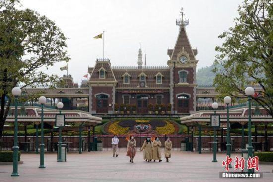 资料图:1月26日,香港迪士尼乐园度假区宣布,为了配合香港现时采取的防疫措施,迪士尼乐园考虑宾客和演艺人员的健康及安全,乐园从1月26日起暂停开放。中新社记者 张炜 摄