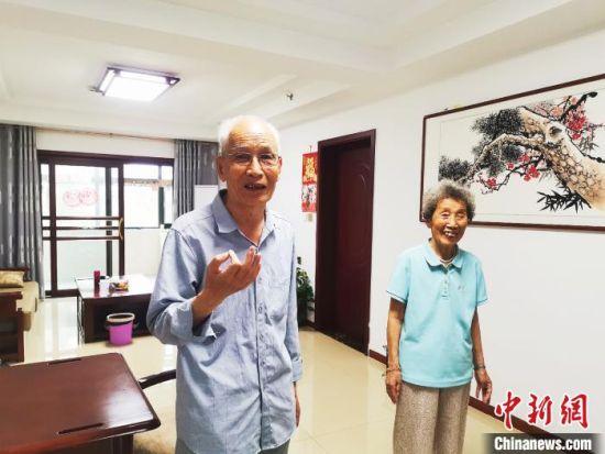 """说起在养老院的生活,这对老夫妻喜滋滋地表示""""满意""""。 李明明 摄"""