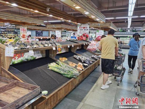 资料图:顾客在超市买菜。中新网记者 李金磊 摄