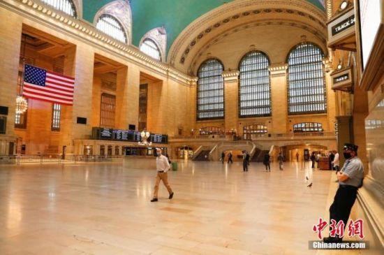 当地时间6月8日,行人和服务人员在纽约中央车站大厅。中新社记者 廖攀 摄