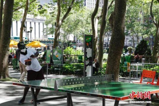 当地时间6月8日,纽约市民在布莱恩公园打乒乓球。中新社记者 廖攀 摄