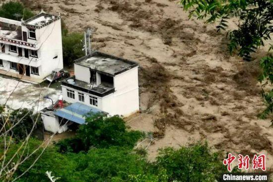 洪水淹没房屋。 丹巴宣提供 摄