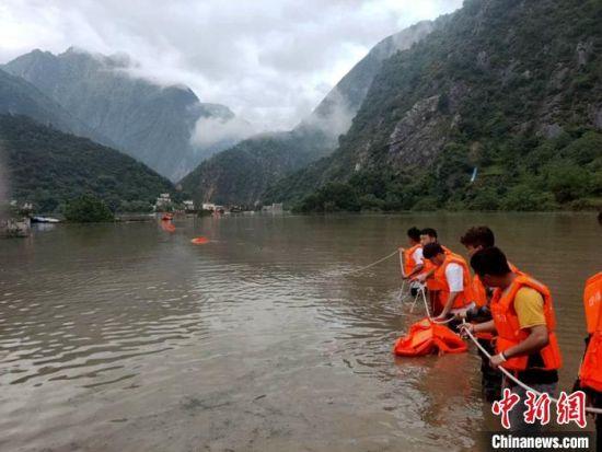 救援人员正在全力营救被困群众。 丹巴宣提供 摄
