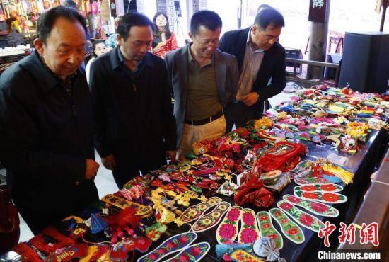 图为专家学者考察河湟香包文化产业。 马铭言 摄