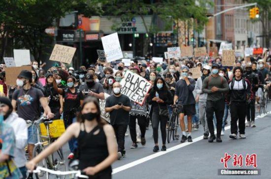当地时间6月1日,纽约民众在曼哈顿街道游行抗议警察暴力执法。