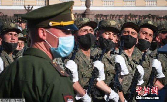 当地时间6月17日,参加俄罗斯阅兵式彩排的受阅部队抵达莫斯科著名的特维尔大街,等待进行首次夜间彩排。