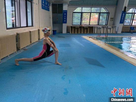 图为准备入池的泳客。 武一力 摄
