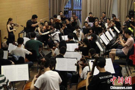 西安交响乐团全体成员在排练厅进行演出彩排。 张一辰 摄