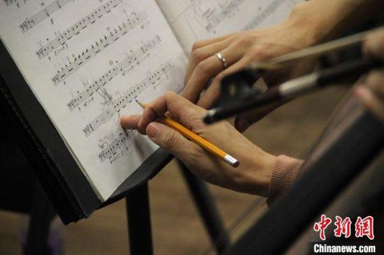 西安交响乐团的演奏员在排练厅进行演出彩排。 张一辰 摄