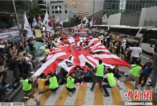 资料图:当地时间2019年7月20日,因日韩贸易摩擦,韩国民众在日本大使馆前抗议。