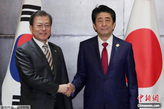 资料图:2019年12月24日,日本首相安倍晋三和韩国总统文在寅举行首脑会谈。