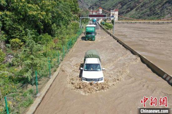 被洪水淹没的公路。丹巴融媒体提供
