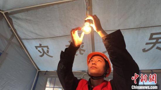 临时安置点帐篷内灯亮了。丹巴融媒体提供