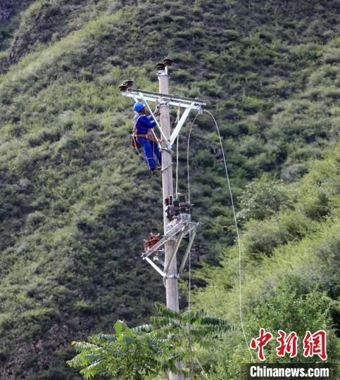 电力抢险人员正在架通输电线路。丹巴融媒体提供