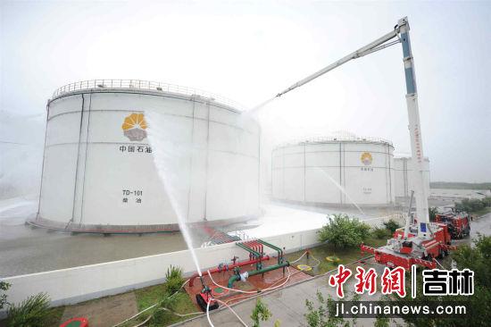 高喷射消防车进行灭火救援