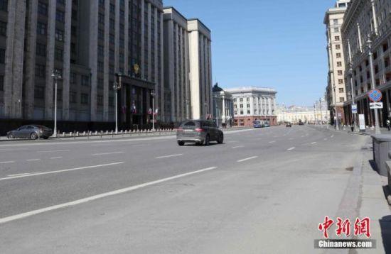 资料图:当地时间5月1日,莫斯科迎来一年一度的劳动节。受疫情影响,市中心的马路上,车辆稀少。中新社记者 王修君 摄