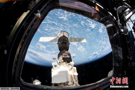 """资料图:从国际空间站看""""联盟MS-12""""号飞船。"""