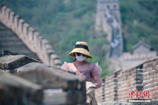 资料图:游客戴口罩在景区内有序游览。中新社记者 贾天勇 摄